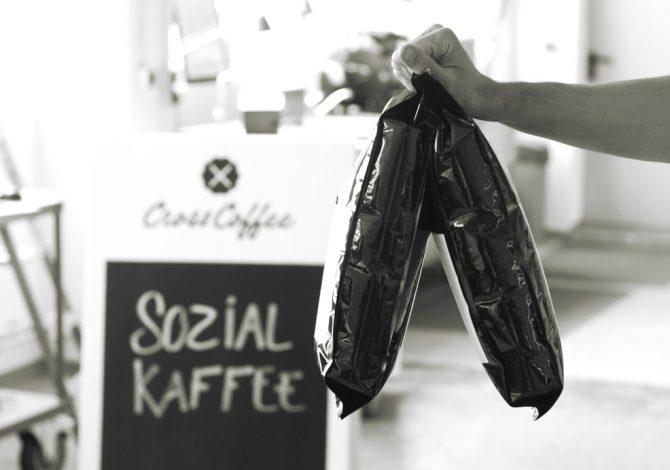 Projekt: Sozial-Kaffee. Ein Kaffee der Kaffeerösterei Cross Coffee in Bremen. Zu sehen Hand mit Kaffee