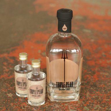 Triple Peak brown label ist ein Premium Dry Gin mit der feinen Note unseres TUNKI Espresso / Cross Over-Produkt mit Birgitta Rust Piekfeine Brände