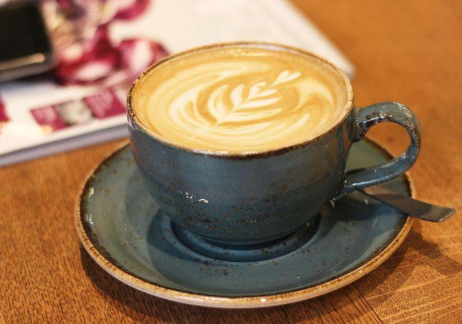 Ein Flat White im Café Sylvette - Tunki Espresso von Cross Coffee und Bio-Vollmilch von Dehlwes